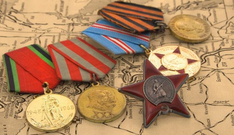 Красноярец отыскал наскамейке коробку снаградами ветерана ВОВ