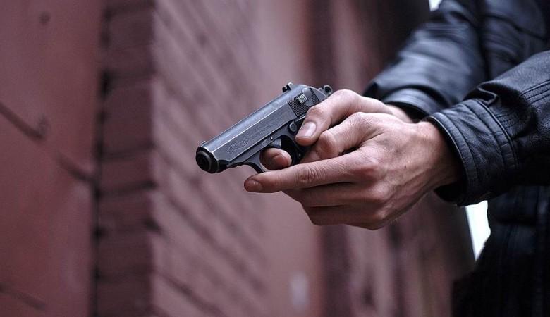 В Красноярье после ссоры в кафе одного из посетителей сбили машиной, второго застрелили