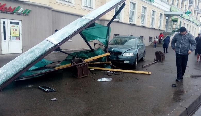 Автомобиль врезался в остановку на Алтае, шесть человек пострадали