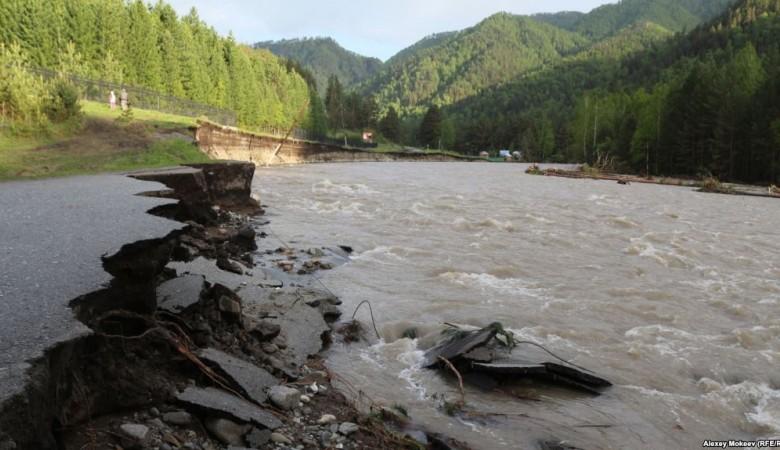 Вторая волна паводка разрушила мосты и подмыла опоры линий электропередачи в Республике Алтай