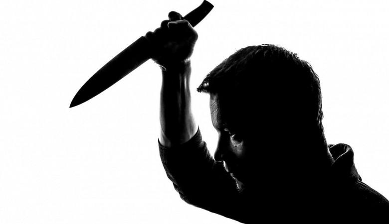 Агрессивный мужчина напал с ножом на вызвавших такси людей в Новосибирске