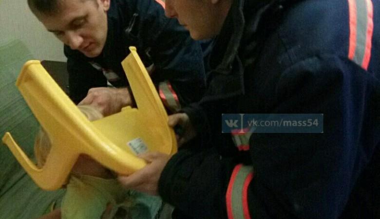 ВНовосибирске cотрудники экстренных служб освободили голову девушки отстула
