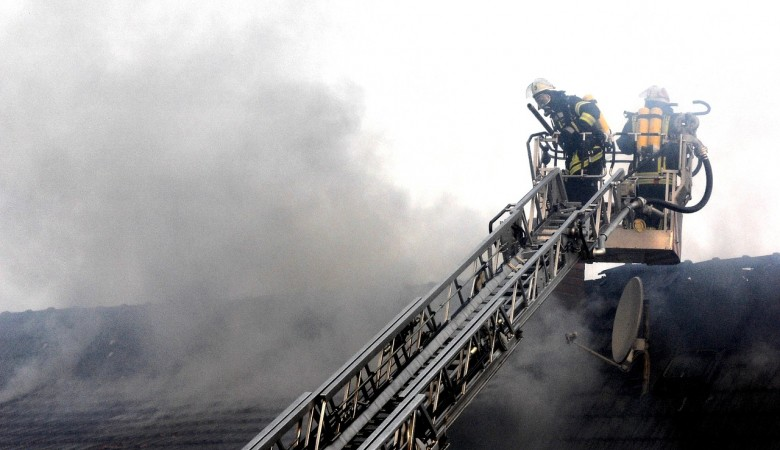 В Томске пожарным пришлось из 9-этажного дома эвакуировать людей по автолестницам