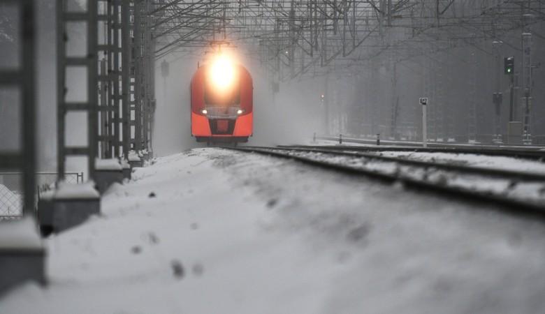 Товарный поезд въехал в пожарный автомобиль в Алтайском крае