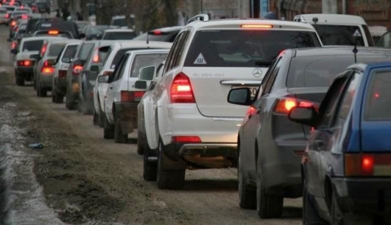 В Омске автомобильную пробку «разруливают» добровольцы, а не ГИБДД