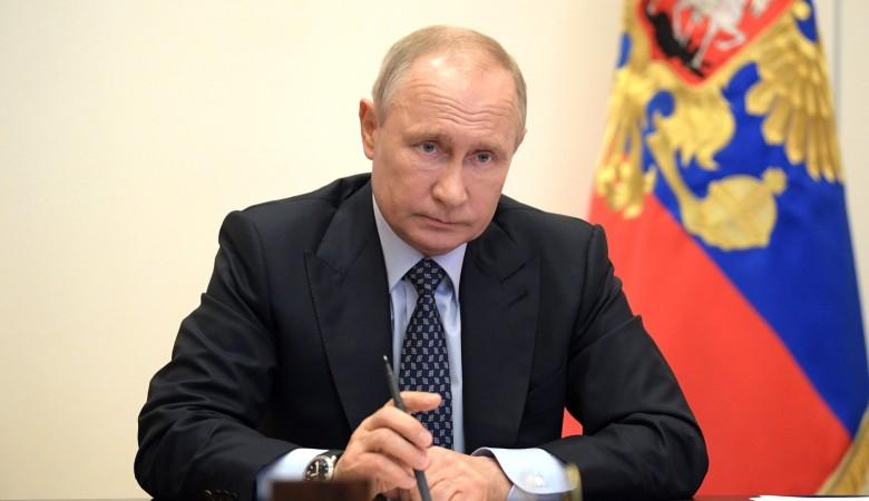 «Мы приняли решение всей страной». Путин подписал указ о поправках в Конституцию