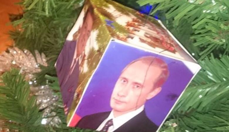 ВЧите новогоднюю ель украсили портретами В.Путина игубернатора
