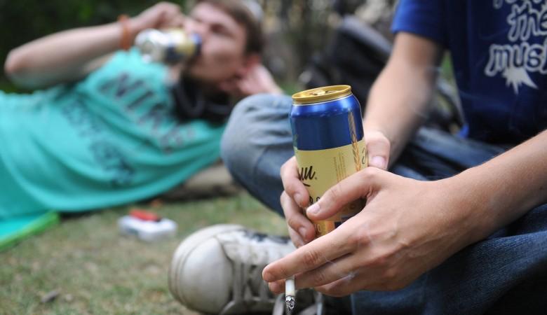 Депутат Госдумы от Забайкалья предложил отправлять на лечение пьющих во дворах и подъездах