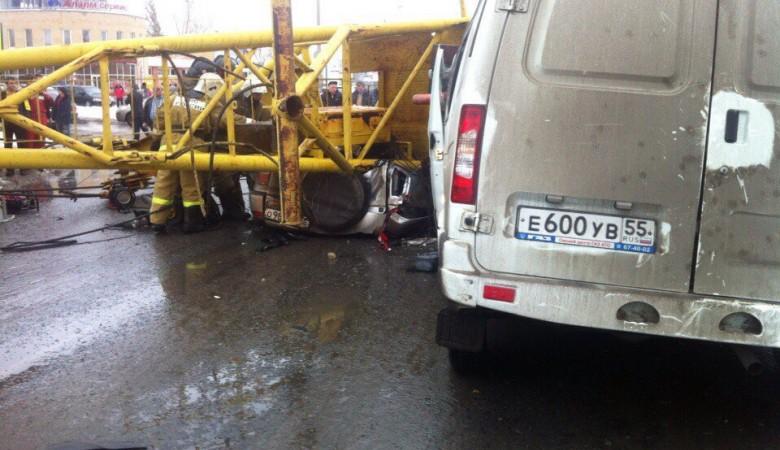 В Омске при падении крана на автомобили погибли четверо