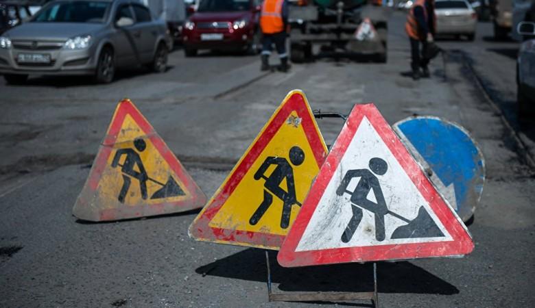 Жители Омска закрыли дорожную яму кухонным гарнитуром