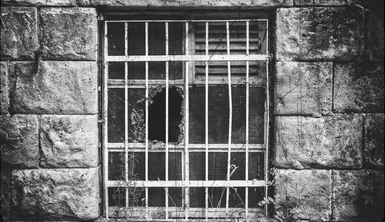 Под Омском найден реабилитационный центр, где за решеткой незаконно удерживали наркоманов