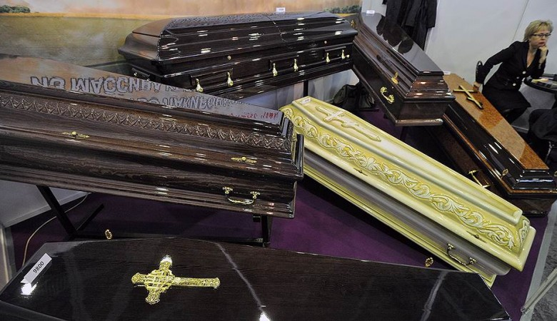 Депутат «Едра» изИркутска устроила «горижоп» иприседала нафоне гробов