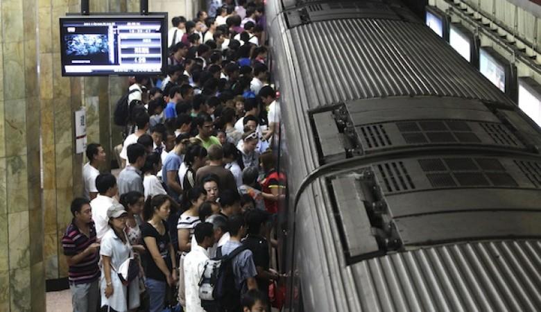 Пассажиры метро Пекина раскачали поезд и помогли застрявшему между платформой и составом