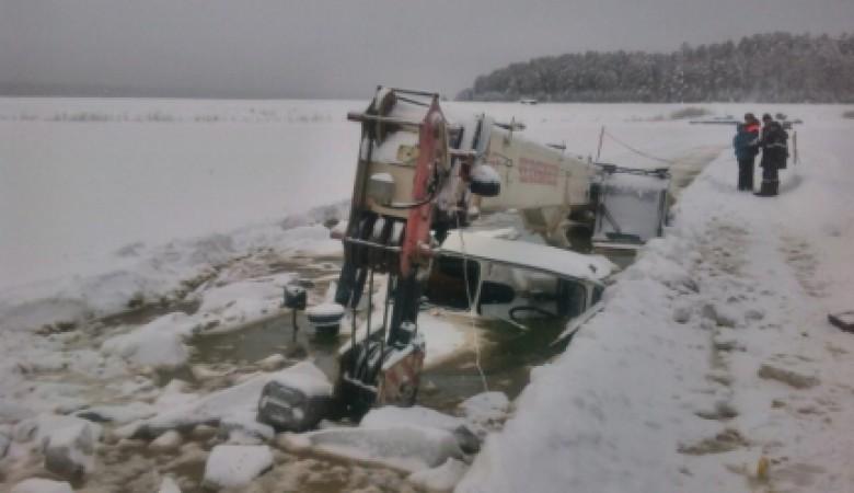 Второй за сутки трактор ушел под лед при переправе через реку в Иркутской области