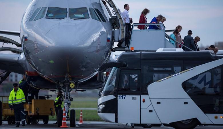 Шесть человек упали с трапа самолета в Барнауле
