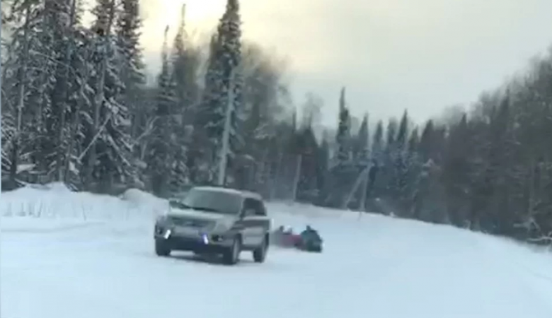 Житель Кемерова катал детей по автодороге на ватрушке, привязанной к машине