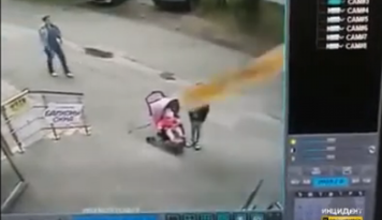 Лист ДСП упал с балкона на коляску с ребенком и 11-летнюю девочку в Новосибирске