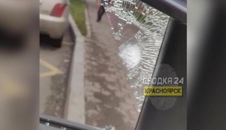 В Красноярске неизвестный обстрелял автомобиль с девушкой