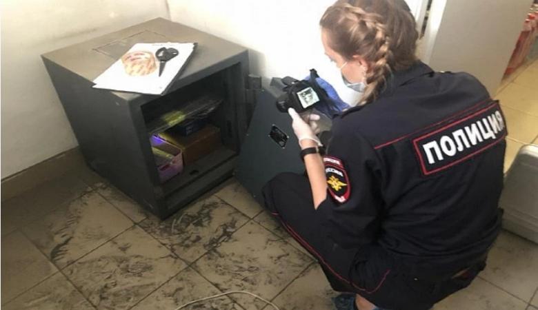 В Красноярске горе-грабители не смогли вынести сейф через окно и убежали
