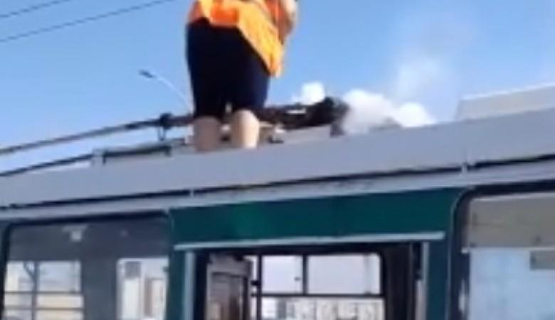 Водитель троллейбуса в Омске стала тушить огонь на крыше пол-литровой бутылкой с водой