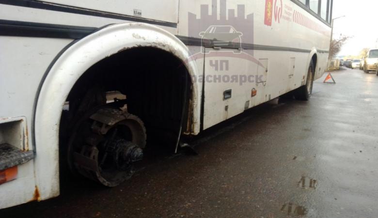 У автобуса на ходу отвалилось колесо и влетело в автомобиль в Красноярске