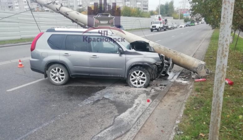 В Красноярске водитель иномарки протаранил столб и не пострадал