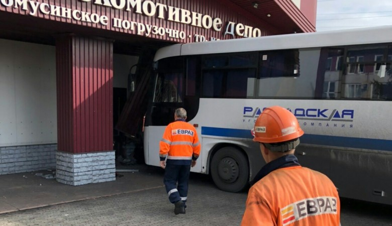Автобус с шахтерами врезался в локомотивное депо в Кузбассе