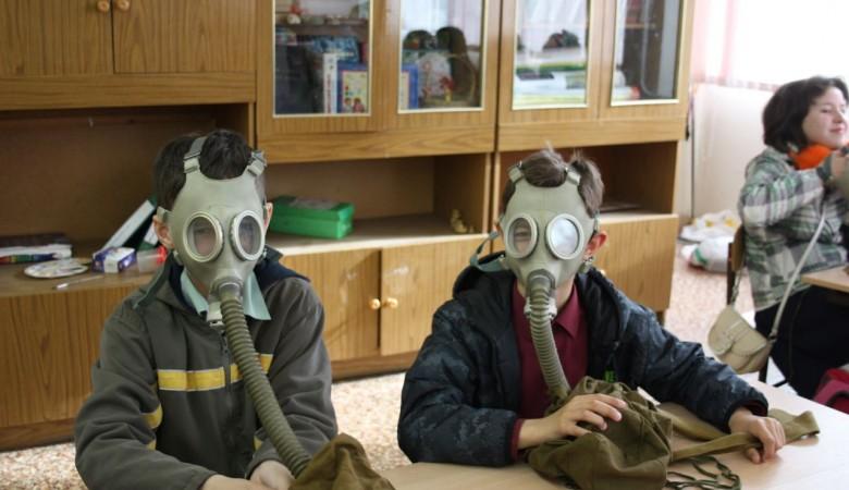 Учеников в Бурятии заставили сидеть в противогазах за опоздание на занятие