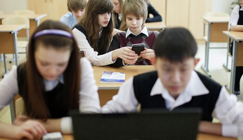 Руководители красноярской школы, где дети получили ожоги глаз от кварцевых ламп, получили выговор и замечание