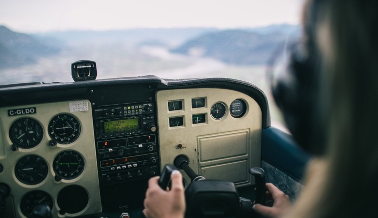 СК завел дело на пилота «ИрАэро», давшего девушке «порулить» самолетом с пассажирами