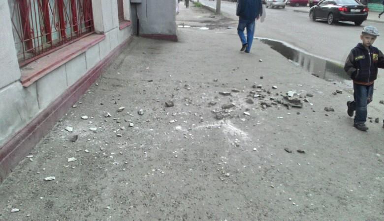 Женщину на Алтае убило отвалившимся куском фасада