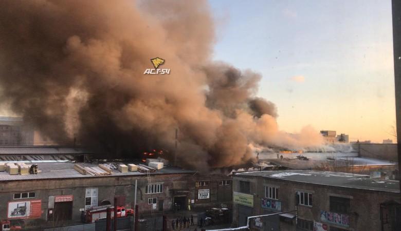 Мебельный склад горит в Новосибирске, площадь – около 1 тыс. кв. метров. Видео