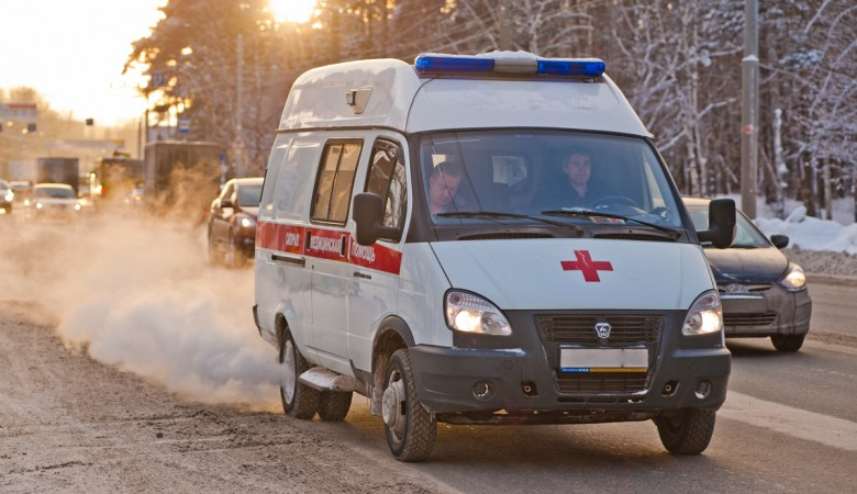 Пенсионер на легковушке сбил женщину с детьми на «зебре» в Омске