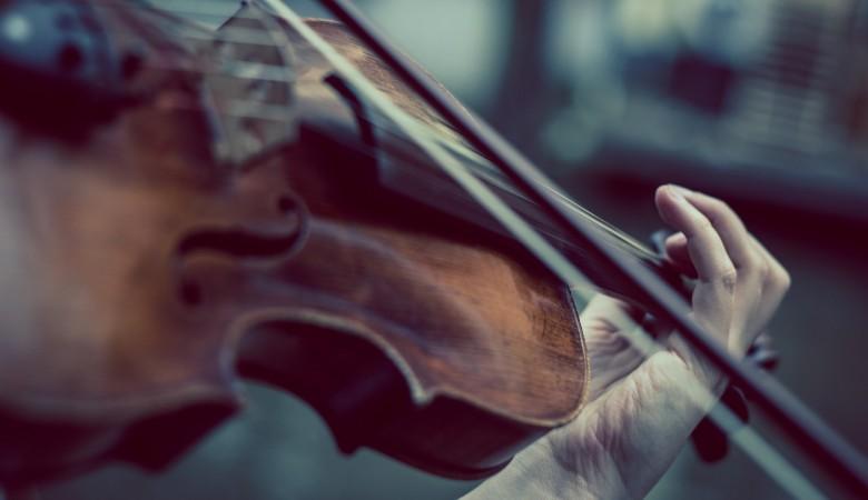 Житель Омска получил год колонии за хищение телефона скрипача, которого он заставил играть