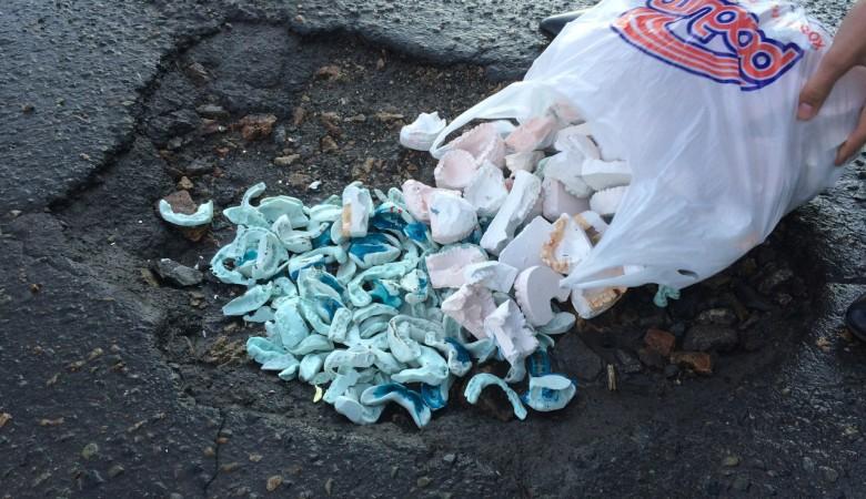 Стоматологи Барнаула засыпали дорожные ямы слепками зубов