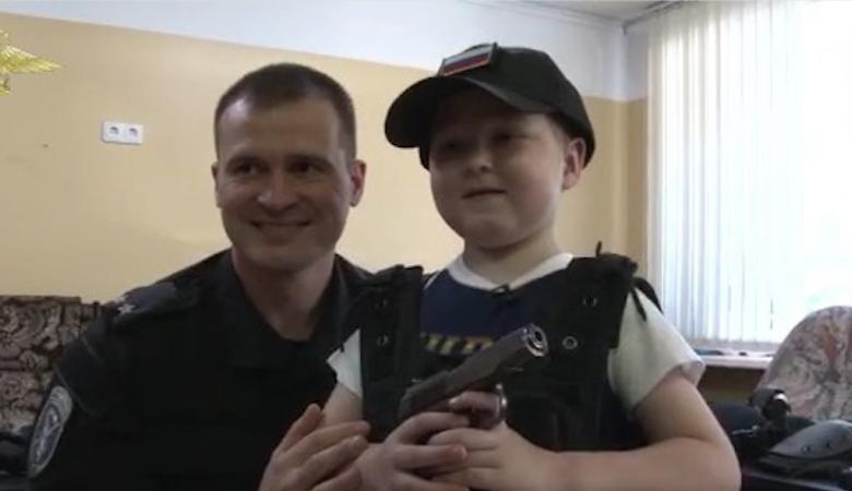 В Кузбассе полиция исполнила мечту больного мальчика, мечтающего стать стражем порядка