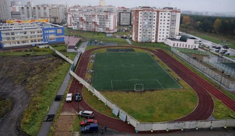 В Кемерове стадион перегородили забором из плит