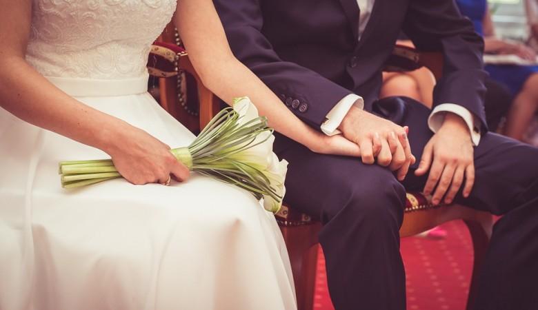 Кабмин поручил временно прекратить торжественную регистрацию браков