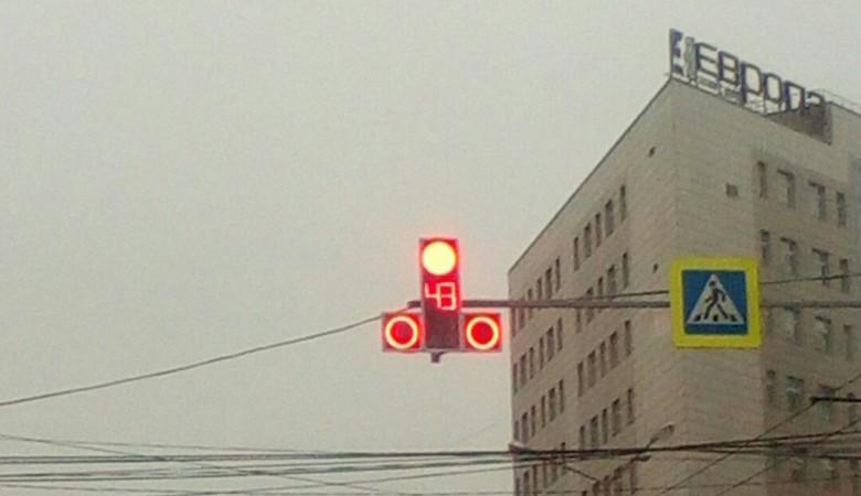 В Красноярске установили светофор эротической формы