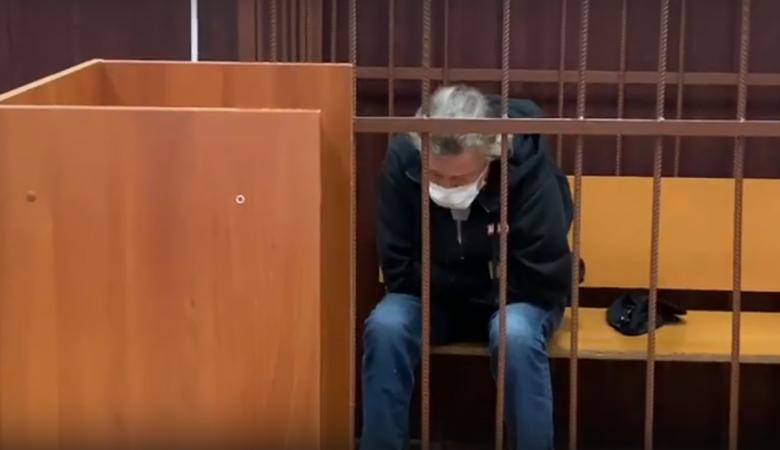 Ефремова госпитализировали из здания суда с подозрением на инсульт