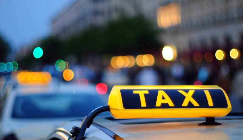 Такси въехало в подземный пешеходный переход в Омске, пострадали трое