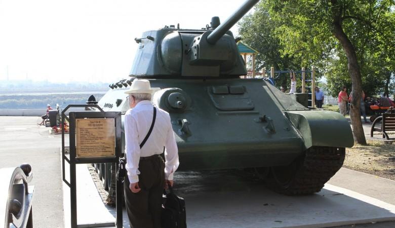 Накемеровской набережной установили участвовавший вбоях Т-34