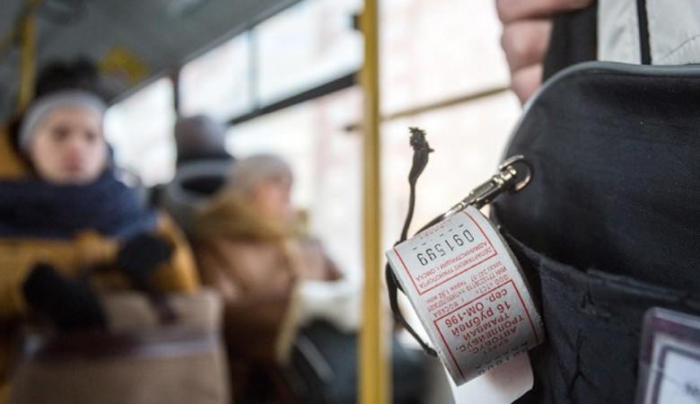 Кондуктор и водитель на Алтае час удерживали в автобусе старушку, у которой не было денег на проезд