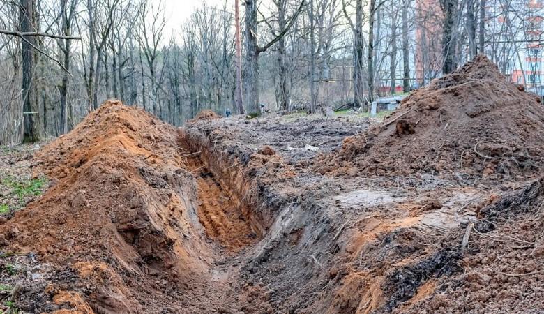 В Красноярске рабочего завалило грунтом во время рытья траншеи