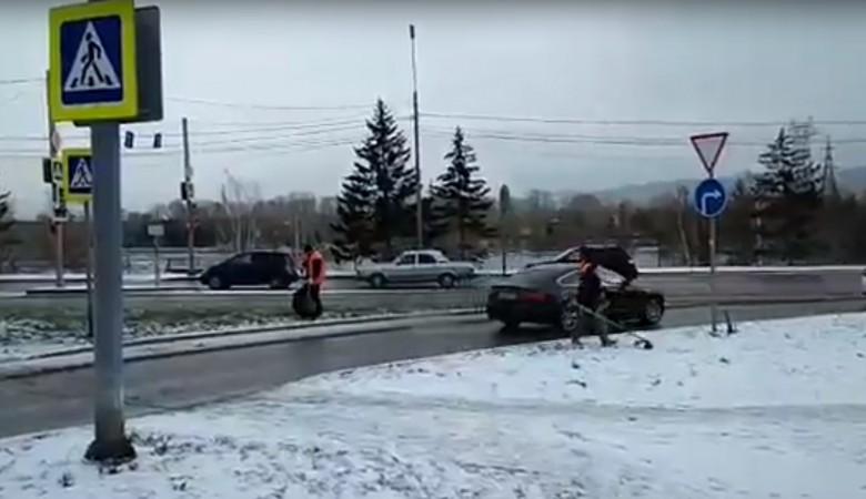 Вмэрии Красноярска пояснили, зачем коммунальщики косили траву всугробах