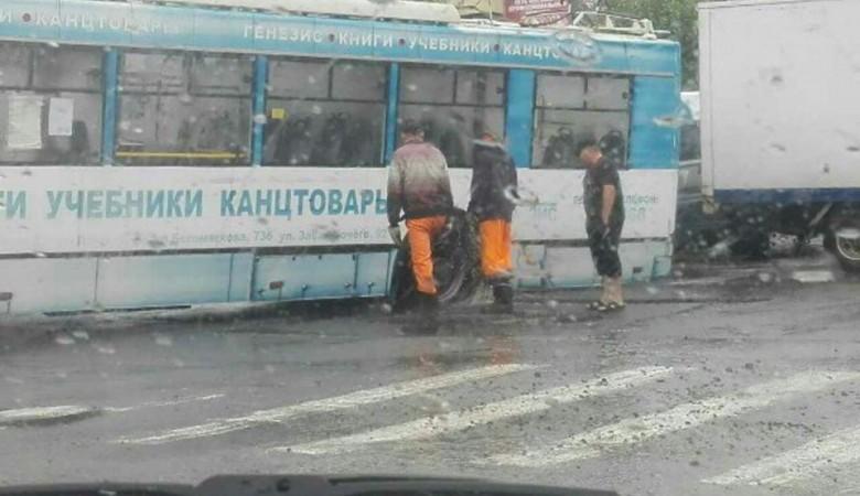 В Забайкалье троллейбус провалился на недавно уложенном асфальте