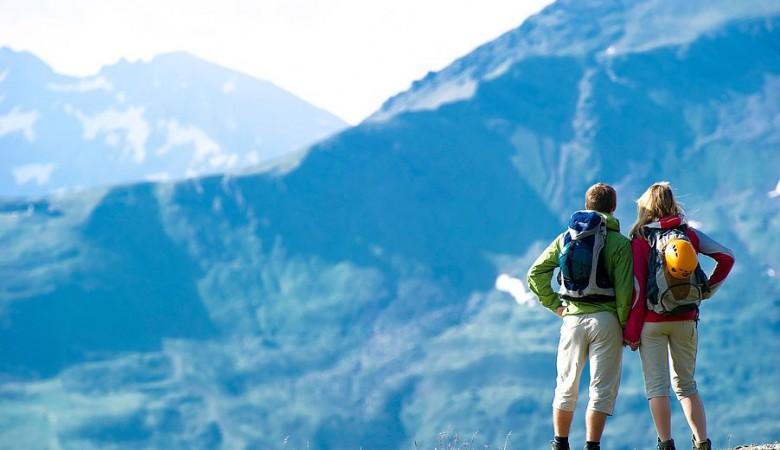 Двое туристов попали под лавину в горах Алтая, один погиб