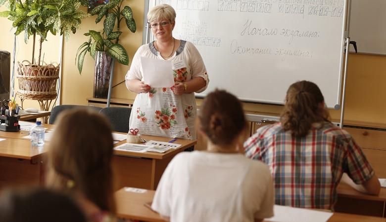 Учительницу омской школы уволили после фотосъемки в стиле пин-ап