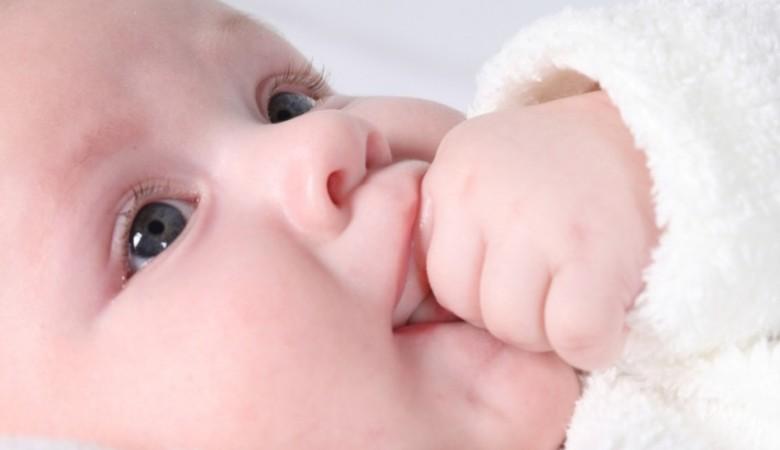 Жительница Красноярска родила ребенка в сугробе