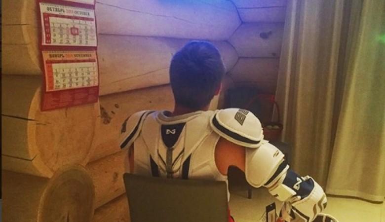 Внук губернатора Красноярья Толоконского смотрит хоккей в доспехах